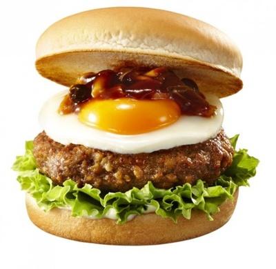 【写真を見る】約1.3cmの肉厚パティはド迫力!写真は「国産3種きのこの肉厚ハンバーガー(エッグ)」