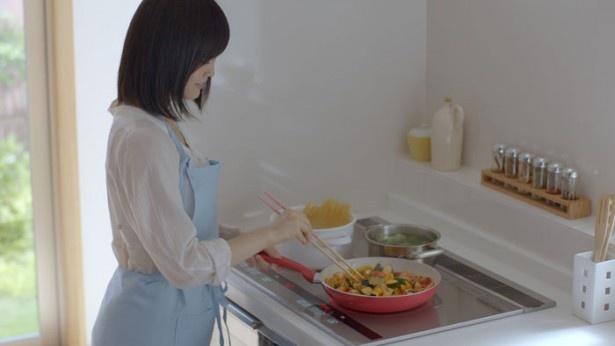 IHで料理をするシーンでは、山本のエプロン姿にも注目!