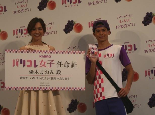 「パリコレ」女子第1号に任命された優木まおみ(左)