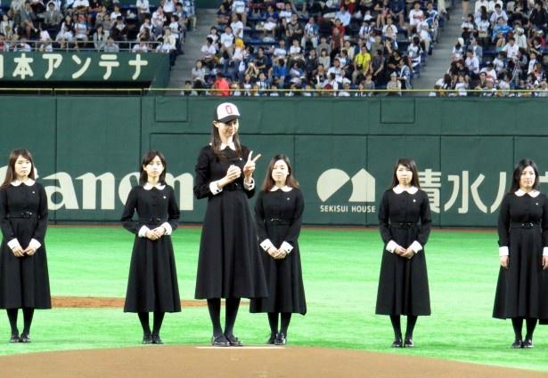 東京ドームでファースト・ピッチを行った中条あやみ。森川葵のカウントに合わせ、数を数えて…