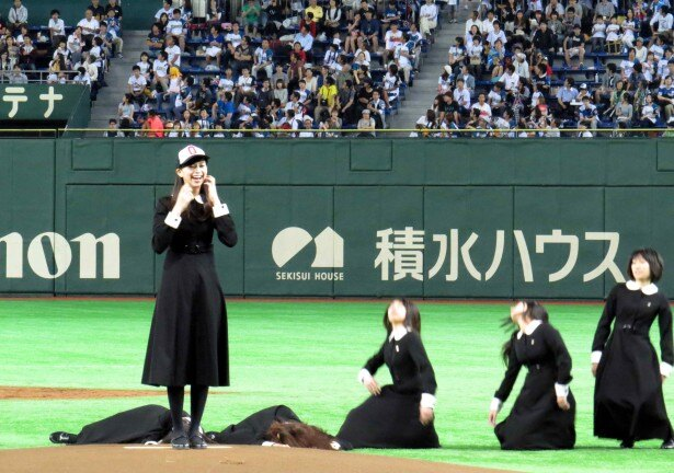 【写真を見る】中条あやみが放った呪いの魔球で女子高校生が次々と…