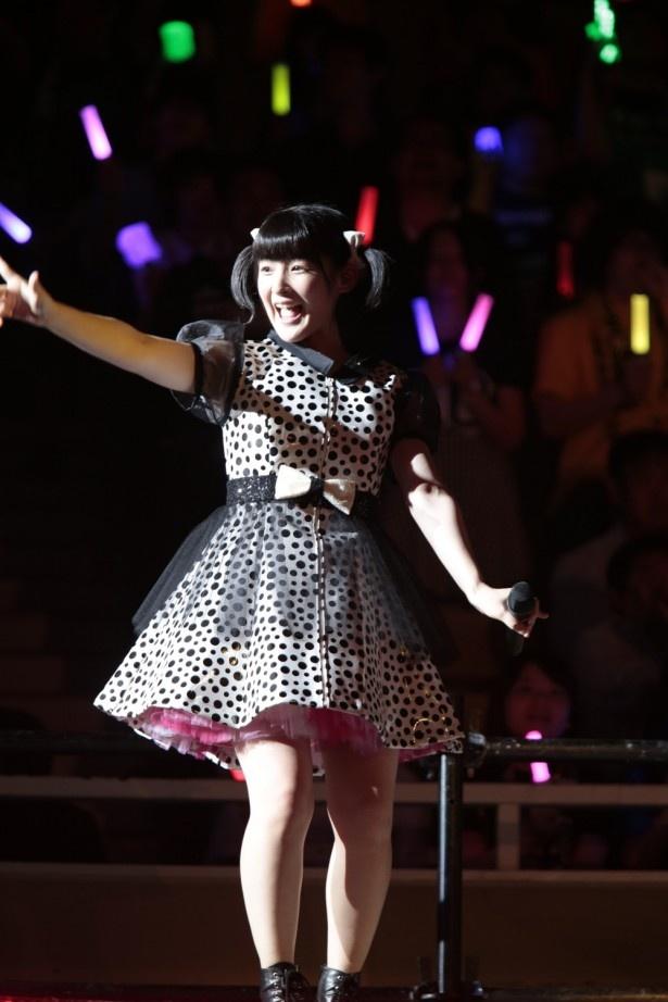 【写真を見る】ミニスカートで観客に手を振る、「ももち」こと嗣永桃子