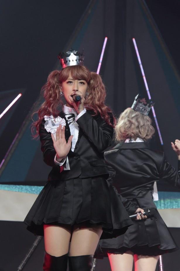 ライブ前日にピンク系に染め直したという髪をツインテールに結んだ夏焼雅。観客とともに「みやビーム!」のパフォーマンスも披露した