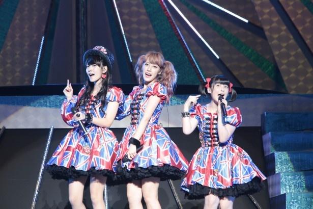 2日連続出演のBuono!は「ロックの神様」を披露。左から鈴木愛理(℃-ute)、夏焼雅、嗣永桃子(ともにBerryz工房)