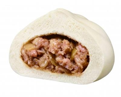 【写真を見る】豚バラ、豚モモ、玉ねぎを合わせたシンプルなおいしさの「手包み肉まん」。手包みならではの食感が人気だ