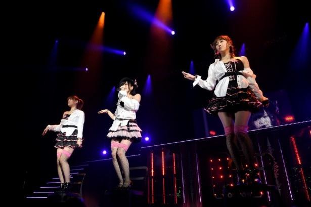 【写真を見る】NMB48チームN兼任の山本彩(写真中央)は、ユニット曲「抱きしめられたら」で妖艶な表情を見せる