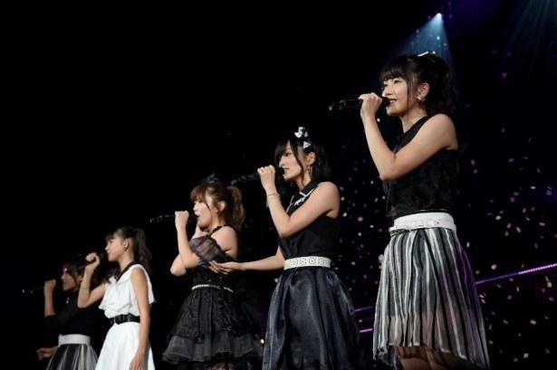 横山(写真右)、山本(写真右から2番目)らは、アカペラで「桜の花びらたち」を披露!