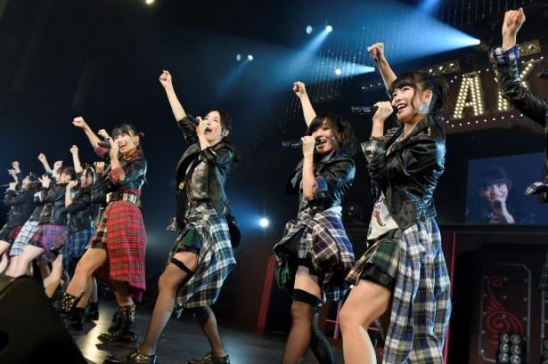 SKE48チームS兼任の松井珠理奈(写真中央)もステージで熱唱!