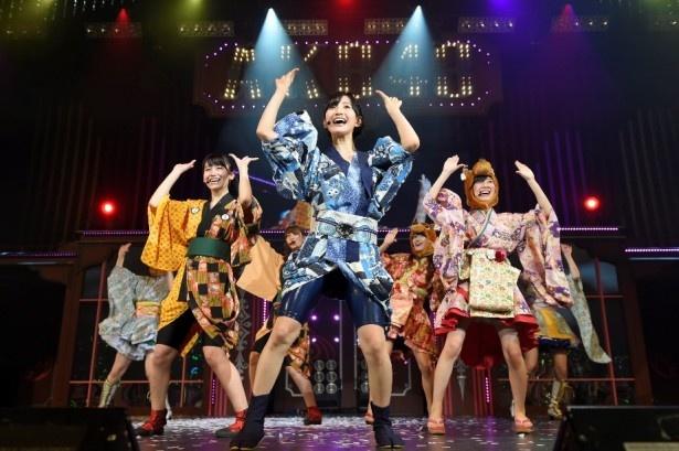 兒玉遥(写真中央)、小嶋真子(写真中央左)らが「寸劇~恋のお縄」でキュートなダンスを見せる!
