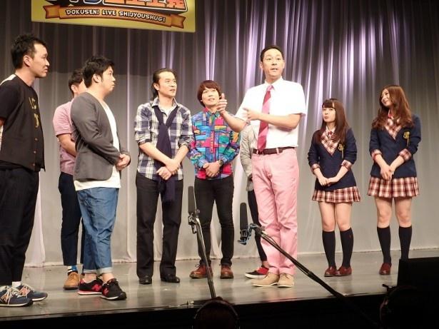 【写真を見る】司会を務める東野幸治(右から3番目)をはじめ、人気芸人も若手の面白さを絶賛