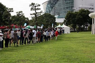 【写真を見る】初日の朝8時には、チケットを求める来場者の行列が!