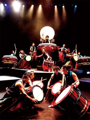 奈良らしいロケーションの庭園で日没後に披露される和太鼓と映像のショーは迫力満点!