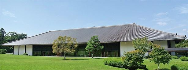 会場の奈良県新公会堂。日本瓦ぶきの建物で奈良公園の緑と調和している。