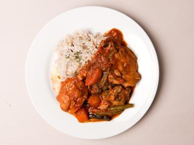 「十穀米と国産とり肉のトマト煮」(800円) 毎年参加の常連店「ITALIAN RESTAURANT LIFE」より