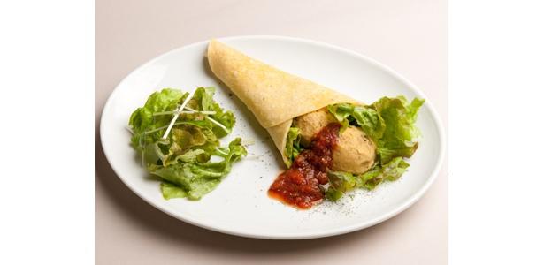 「ハモス(ひよこ豆チップ)のラップサンド」(500円)。スパイシーなハモスと有機野菜。食器なしで食べられる