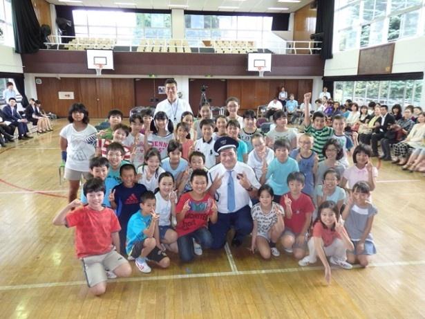警備員・小杉役を演じる勝矢は九段小学校5年生の生徒と共に道徳の授業に参加