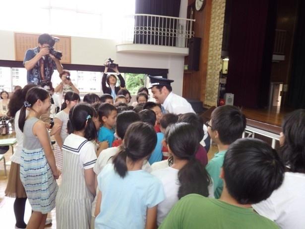 授業終了後には多くの生徒が勝矢の元に押し寄せた