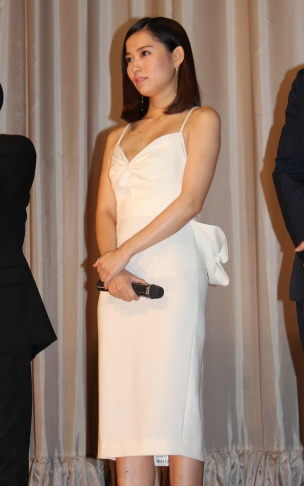 肩を出した真っ白のドレス姿で登場した市川由衣