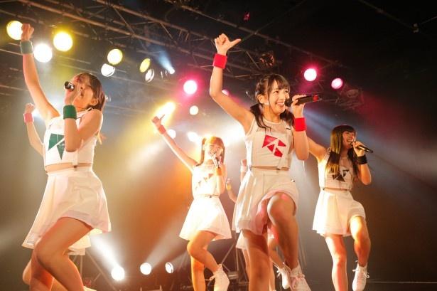 【写真を見る】センターを務めるのは「中野美奈子アナウンサー似の美少女」と評判の武田舞彩