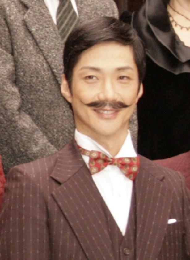 【写真を見る】主人公の名探偵・勝呂役を演じる野村萬斎。トレードマークのひげ姿で登場