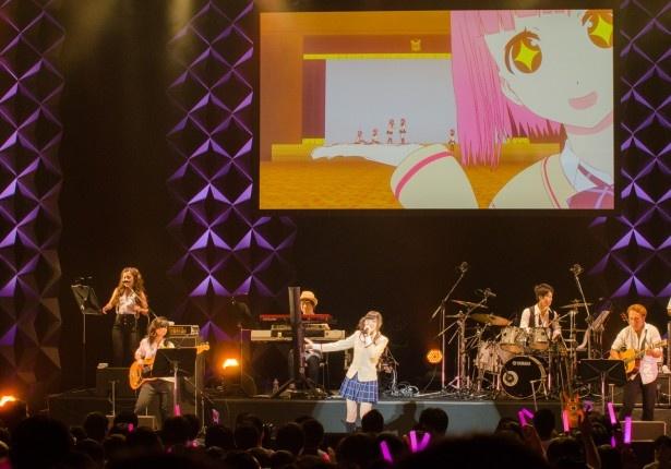 ソロ曲「とりかえっこ」を披露する上田。園田18姉妹が次々と歌詞に登場するユニークな一曲