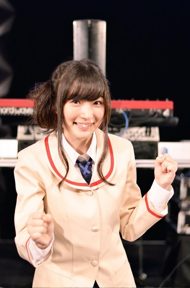 イベントでも園田萌舞子ら18姉妹を演じ分けてみせた上田。そのうち1人をイメージしたポーズを決め!