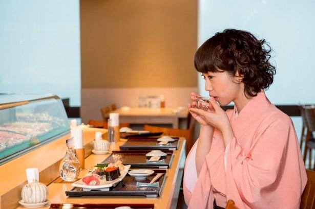 日本酒をお猪口で飲む春風亭ぴっかりさん。さすがは落語家!日本人女性としての美  しい所作を見せてくれた