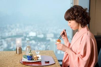 「天空の庭 星のなる木」の5周年記念コースの前菜を味わうぴっかり☆さん。「日本人の美しさは、こういった食事で作られてきたんだな、と実感しますね」