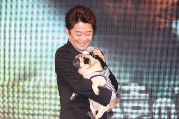 【写真を見る】愛犬が登場した途端にメロメロ状態になる坂上忍
