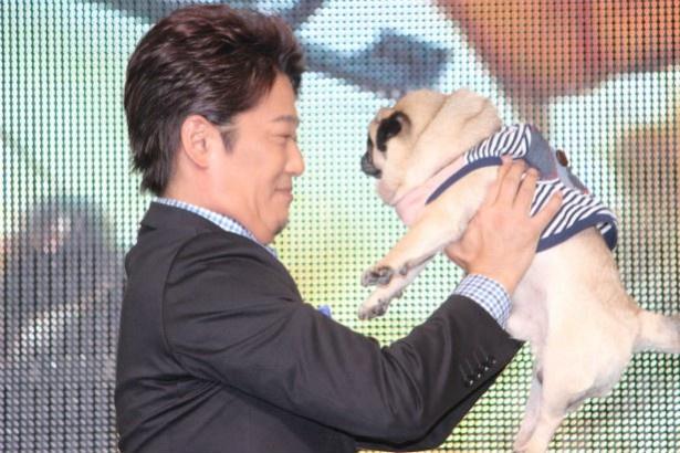 愛犬を抱きかかえる坂上忍