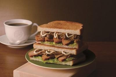 【写真を見る】人気フードの秋バージョン「トーストサンド日南どりの焦がし醤油バター」(420円)