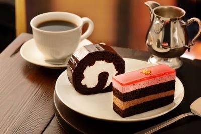 「ビターチョコレートロール」(写真奥)「フランボワーズ&チョコレートケーキ」(各390円)