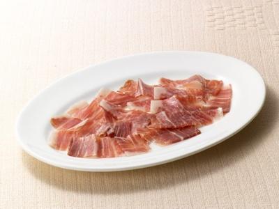 イベリコ豚のみを使い、伝統的な製法で作られた生ハム「ハブーゴ村のハモン・イベリコ・デ・ベジョータ」は、味と香りが格別!