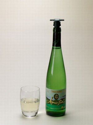バスク地方の地ワイン「チャコリ」。どの料理にも合う、爽やかで飲みやすい白ワイン