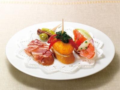一口サイズの串刺し料理など、ピンチョ4種類の盛り合わせ「4種のピンチョス」