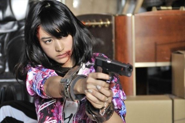 【写真を見る】山本がセクシーな女殺し屋役に挑戦!拳銃をぶっ放す!!