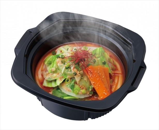 【写真を見る】野菜100gを使ったピリ辛チゲうどんも登場。特殊な容器が、レンジで温めることで蓋が持ち上がり、半開状態になることで蒸気を抜きながら加熱調理を行う