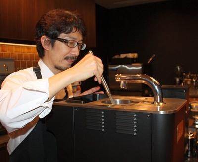 特別な抽出器具「クローバー」でコーヒーを淹れる江嵜氏
