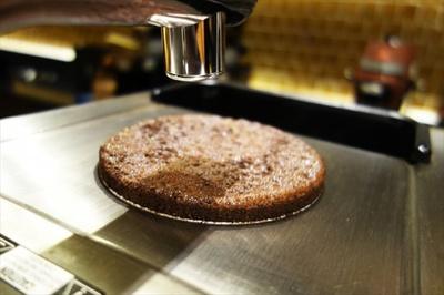 クローバーは真空プレス技術を採用。圧力によって抽出液が下部に落ちる仕組み