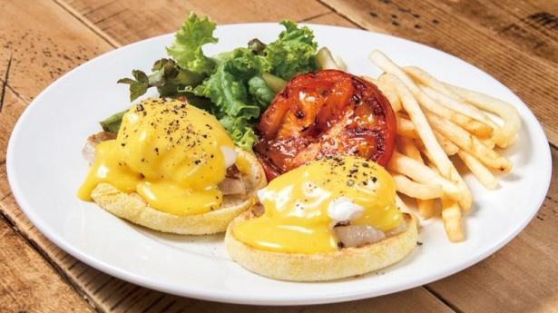 「Glorious Chain Café(グロリアス チェーン カフェ)」のトラディショナル エッグベネディクト¥1230
