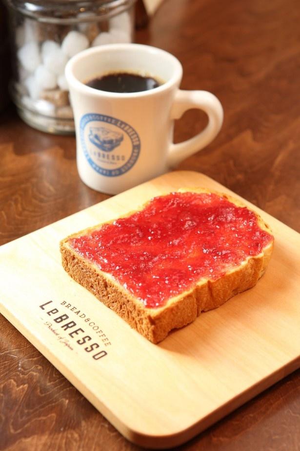 「BREAD&COFFEE LeBRESSO(レブレッソ)」の時期により豆を替えるシングル オリジン ドリップコーヒー¥450~(奥)。トーストは常時4種。写真はイチゴジャム トースト¥260