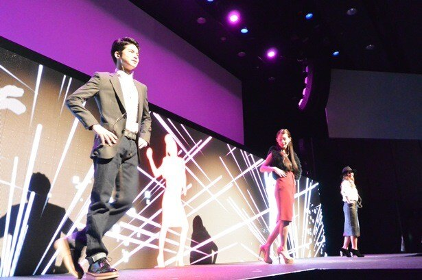 BOSE新製品発表「BOSE IMPACT 2014」に(写真左から)菅谷哲也、ダレノガレ明美、今井華が登場しダンスを披露!