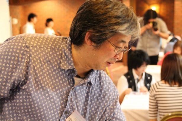 参加者にアドバイスを送る宇田シリーズディレクター。顔の描き方、表情の付け方などを伝授していた