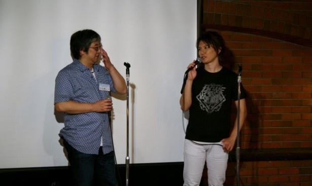 宇田鋼之介シリーズディレクター(左)とサプライズゲストとして登場したKENN(右)。KENNは演じる翔悟の必殺技「炎龍拳」を掛け声と共に登場し会場は大いに湧いた