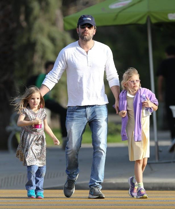 【写真を見る】バットマンも休日は娘たちとデート!