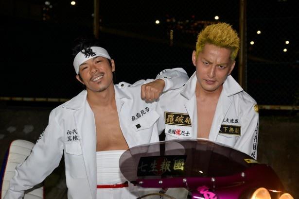 松本演じるミノワ(左)と、石黒英雄演じる吾郎(右)