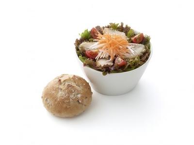 『ごちそうサラダ「ハーブチキンとにんじん」ライ麦パン付き(さっぱり和風ドレッシング)』は、旬の生野菜とクルミ入りライ麦パンがセットになった食事性の高いメニュー