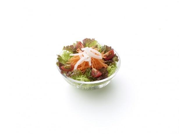 キャベツ、サニーレタス、ニンジン、ミニトマト、スライスオニオンが彩り良く載った「こだわり野菜のにんじんサラダ(さっぱり和風ドレッシング)」