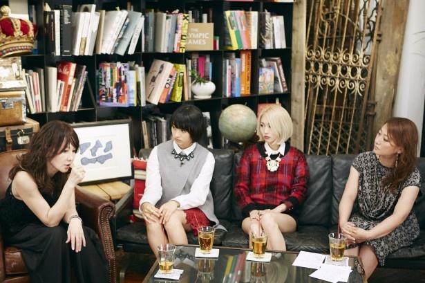 【写真を見る】ドラマの後は女子トーク!(左かからYOU、門脇麦、エリイ(Chim↑Pom)、友近)