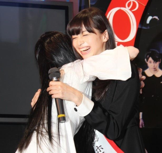 貞子、新・美少女ホラーヒロインとハグ!